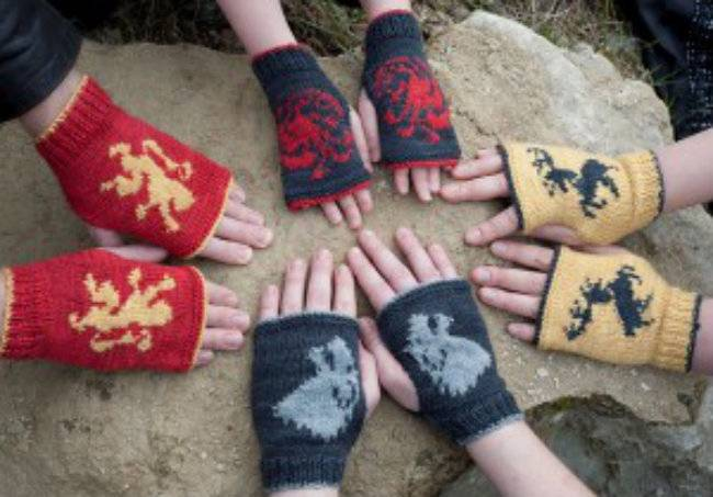 Vía: http://www.theyarncafe.com/game-of-thrones-inspired-mitts-10-patterns-in-ebook/